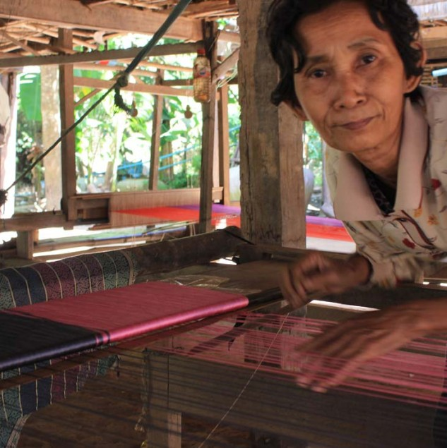 Weaver in Cambodia handweaving silk fabric © Ingrid Colonna