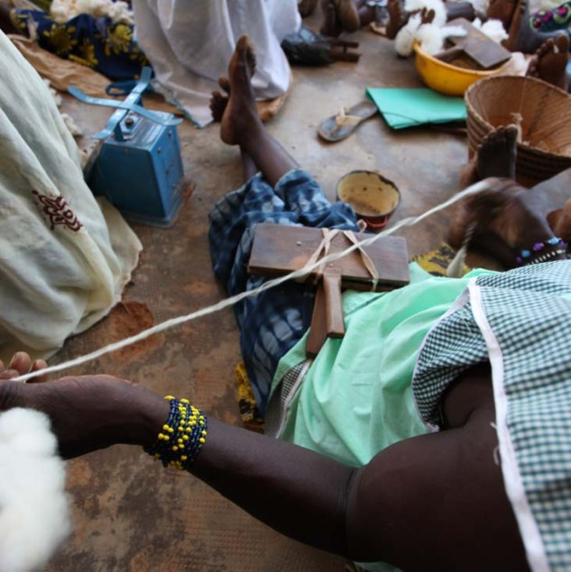 Artisans spinning cotton into yarn in Burkina Faso © ITC Ethical Fashion Initiative