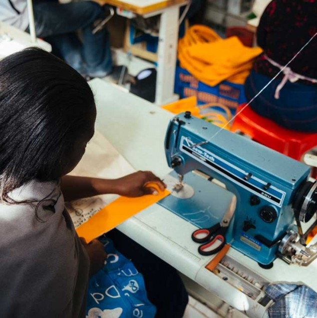 Artisan stitching the Lancaster Beach Bag at the Ethical Fashion Initiative Nairobi Hub. © Tahir Carl Karmali
