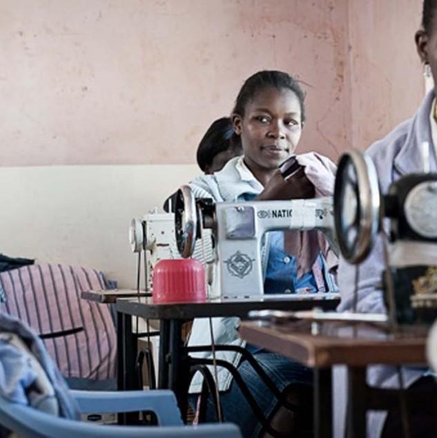 Artisans stitiching Mifuko bags in Kenya. © Uupi Tirronen