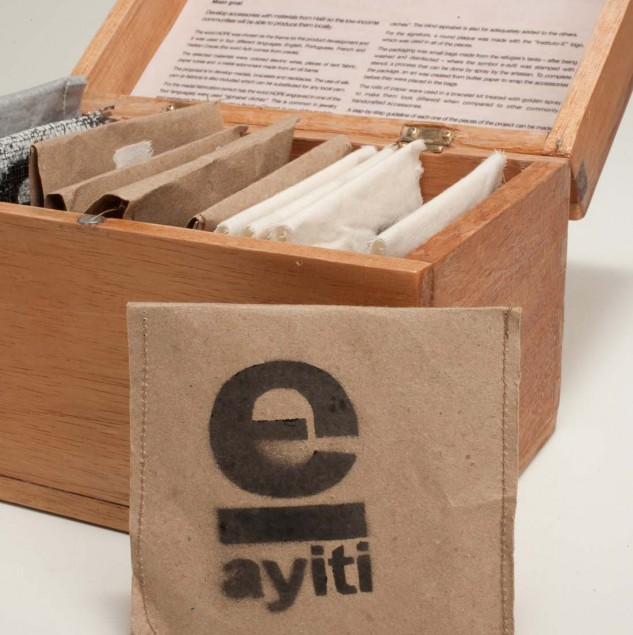 The E-Ayiti packaging is made from reclaimed cement and sugar bags and dellivers a message of hope to all artisans involved in the Initiative. © Osklen & Instituto-e