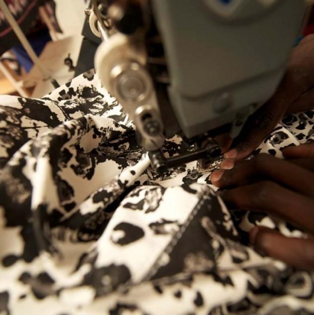 Stitching a Stella McCartney Leo tote bag in Kenya © Tahir Carl Karmali & ITC Ethical Fashion Initiative